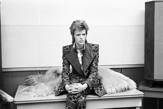 NEW YORK - JANUARY 1973: Singer David Bowie poses for a portrait at RCA Studios in January 1973 in New York City, New York. (Photo by David Gahr/Getty Images)